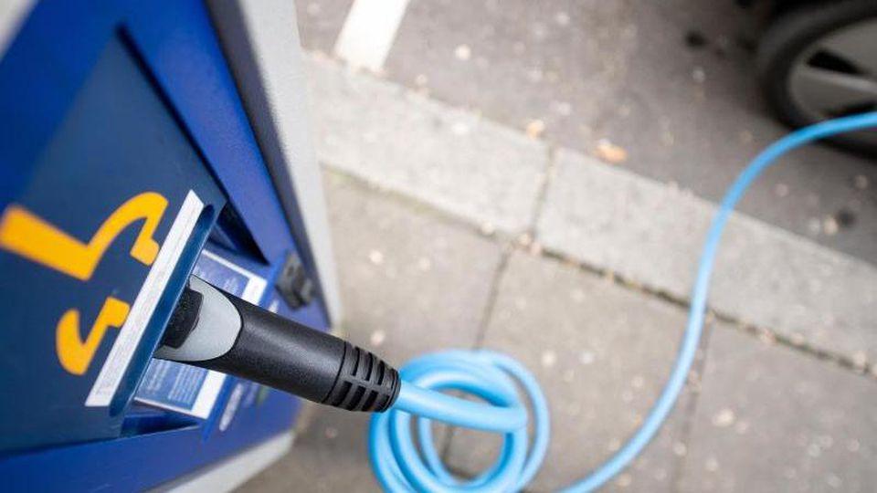 Ein Ladestecker steckt in einer Ladesäule für Elektroautos. Foto: Sebastian Gollnow/dpa