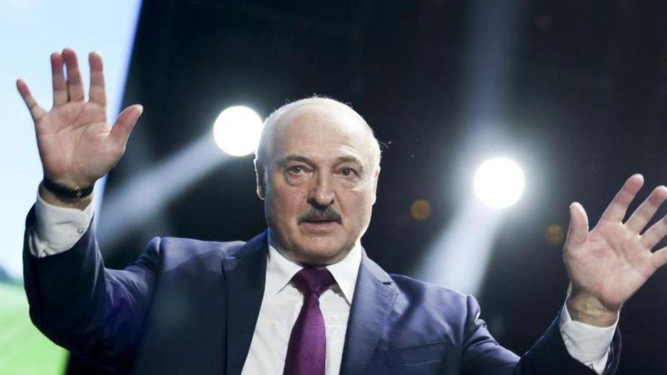Alexander Lukaschenko (M), Präsident von Belarus, gestikuliert bei einer Rede vor einem Frauenforum inMinsk. Foto: Uncredited/TUT.by/AP/dpa