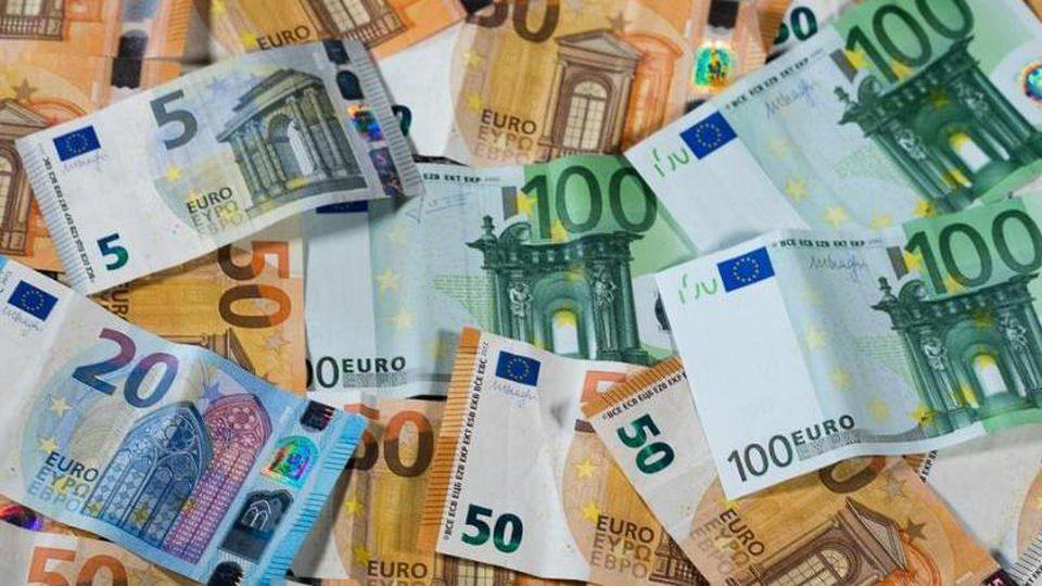 Verschiedene Euro-Geldscheine liegen auf einem Haufen. Foto: Jens Büttner/Archivbild