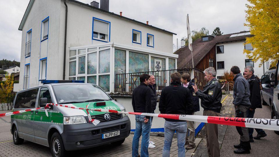Zahlreiche Polizeibeamte stehen am 19.10.2016 in Georgensgmünd (Bayern) vor dem Grundstück eines sogenannten Reichsbürgers. Bei einer Razzia hatte hier ein 49-Jähriger Angehöriger der Reichsbürger-Bewegung am Morgen vier Polizisten durch Schüsse zum