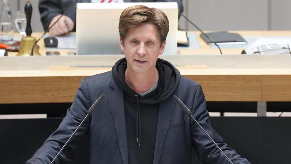 Daniel Wesener von Bündnis90/Die Grünen spricht bei einer Plenarsitzung im Berliner Abgeordnetenhaus. Foto: Jörg Carstensen/dpa/Archivbild