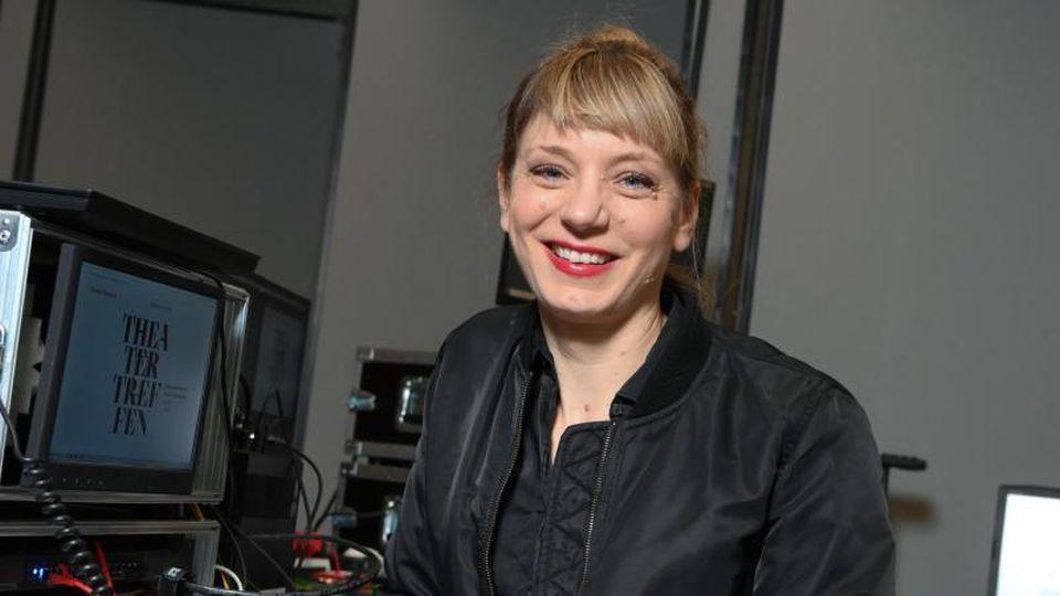 Yvonne Büdenhölzer, Leiterin des Theatertreffens, im Haus der Kulturen der Welt in Berlin. Foto: Jens Kalaene/dpa-Zentralbild/dpa