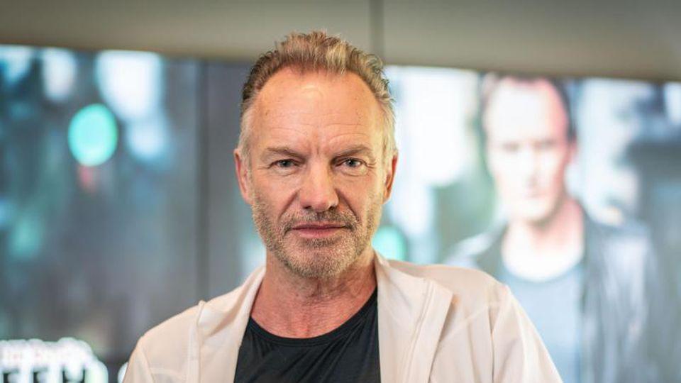 Sting, britischer Sänger, steht in einem Studio des Radiosenders FFH, wo er sein neues Album präsentierte. Foto: Frank Rumpenhorst/Archivbild