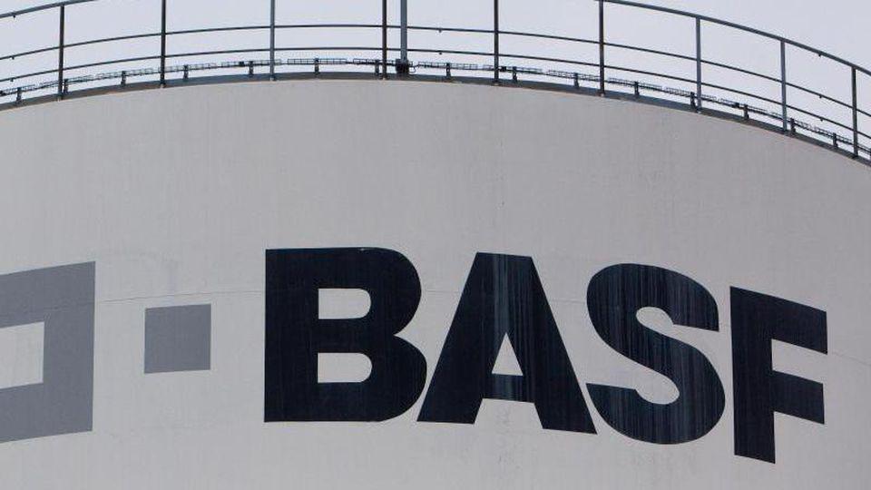 Blick auf das Logo der BASF Schwarzheide. Foto: Patrick Pleul/zb/dpa/Archivbild