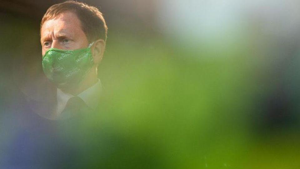 Sachsens Ministerpräsident Michael Kretschmer (CDU) steht in der Staatskanzlei. Foto: Robert Michael/dpa-Zentralbild/dpa/Archivbild