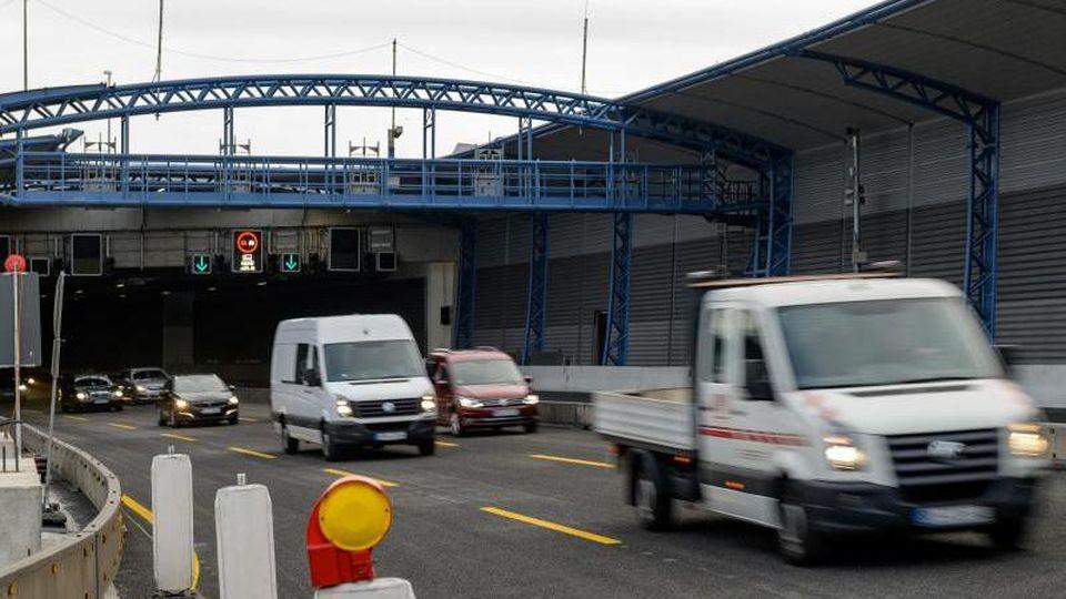 Fahrzeuge passieren den freigegebenen Lärmschutztunnel der A7 an der Abfahrt Stellingen. Foto: Axel Heimken/Archivbild