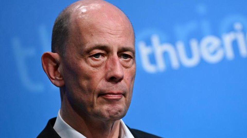 Wolfgang Tiefensee (SPD), Wirtschaftsminister von Thüringen, schaut in die Runde. Foto: Martin Schutt/dpa-Zentralbild/dpa