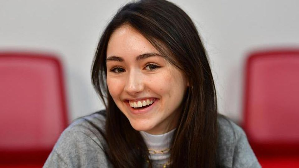 Schauspielerin Emily Kusche lacht während der Pressekonferenz. Foto: Soeren Stache/dpa-Zentralbild/dpa