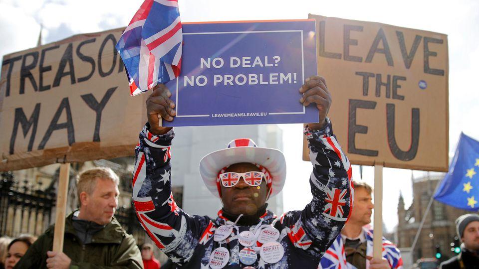 Demonstranten vor dem britischen Parlament.
