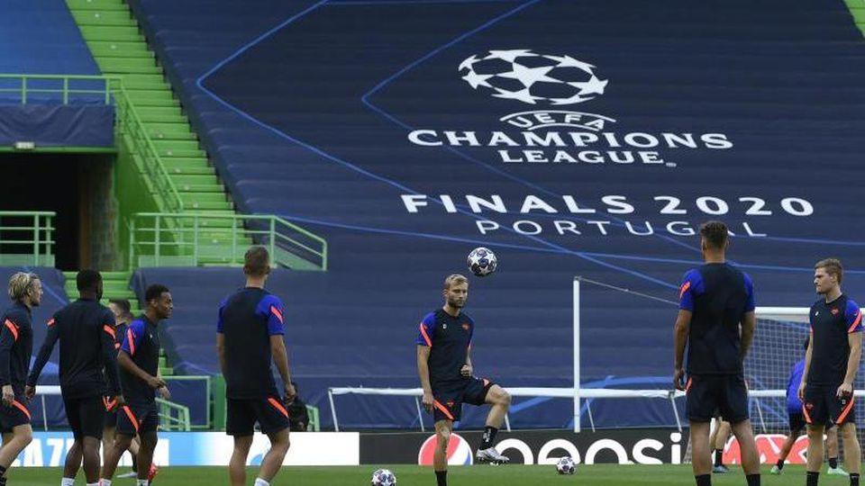 Konrad Laimer (M) kickt den Ball während einer Trainingseinheit im José-Alvalade-Stadion. Foto: Lluis Gene/Pool AFP/AP/dpa