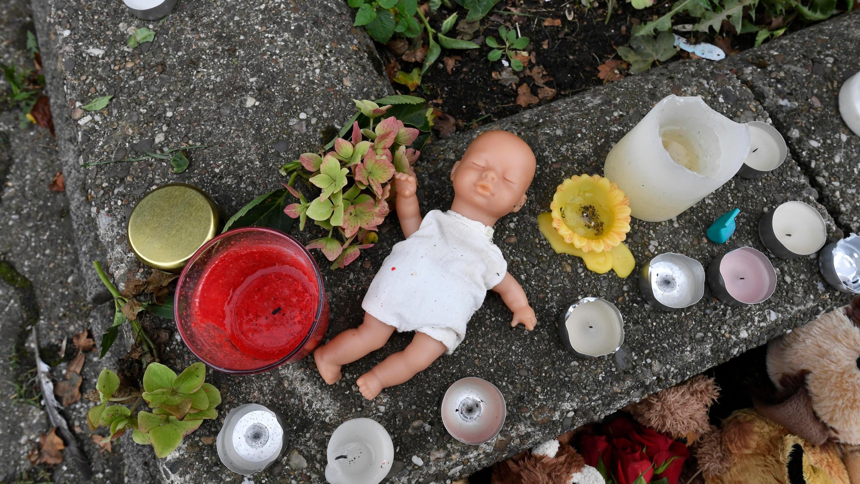 Mit einer Puppe und Kerzen brachten Nachbarn im September ihre Trauer zum Ausdruck -  vor dem Haus, in dem die Polizei die fünf toten Kinder fand.