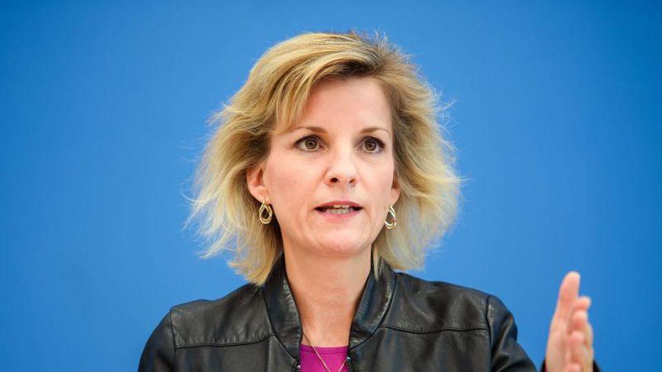 Daniela Ludwig (CSU) bei einer Pressekonferenz. Foto: Gregor Fischer/dpa/Archivbild