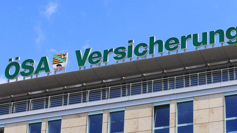 """Schriftzug und Logo des Versicherungsunternehmens """"Öffentliche versicherungen Sachsen-Anhalt"""" (ÖSA). Foto: Jens Wolf/Archivbild"""
