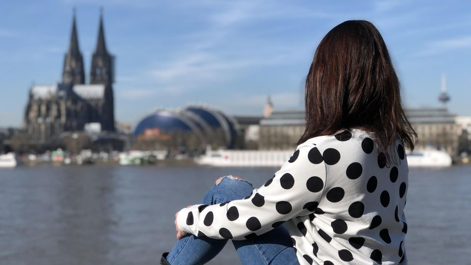 Mit der Dating-App auf der Suche nach einer Beziehung: Tina Tinderina