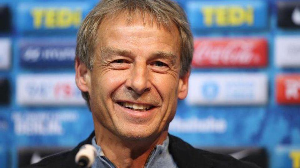 Jürgen Klinsmann, Trainer von Hertha BSC, lächelt bei einer Pressekonferenz. Foto: Andreas Gora/dpa