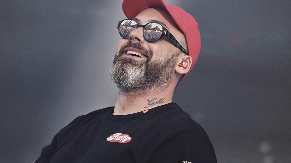 """So glücklich wie auf der Bühne wurde Rapper Sido im Fernsehen nie - jetzt packt er zu seinem Rauswurf bei """"The Voice Kids"""" aus."""