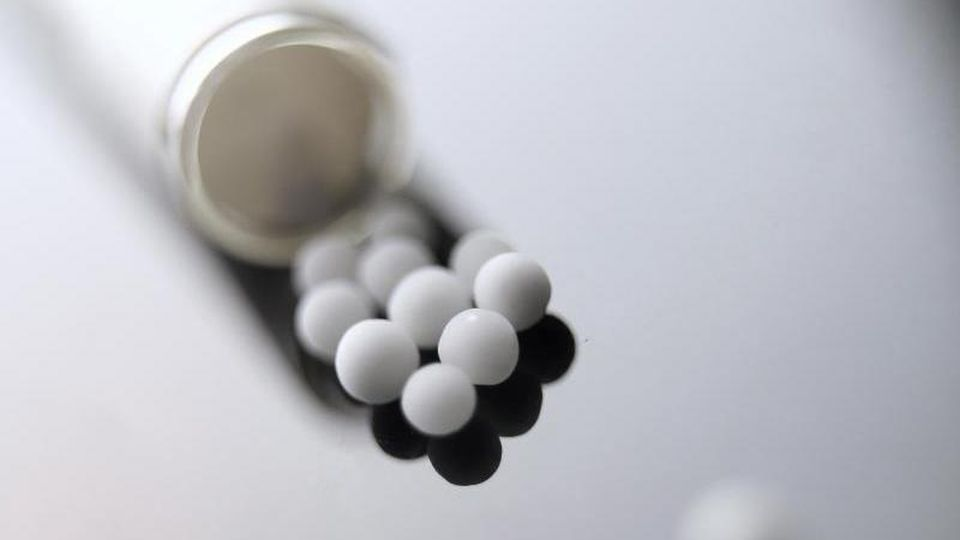 Zuckerkügelchen: Sogenannte Globuli sind die wohl bekannteste Form der Homöopathie-Darreichung. Foto: Karl-Josef Hildenbrand/dpa/dpa-tmn