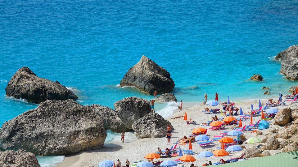 Wenn Sie sich vor dem Sommerurlaub gut auf einen Krankheitsfall vorbereiten, liegen Sie garantiert entspannter am Strand.