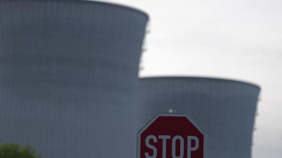 Stoppschild vor Kühltürmen des Kernkraftwerks in Gundremmingen. Foto: Stefan Puchner/Archiv