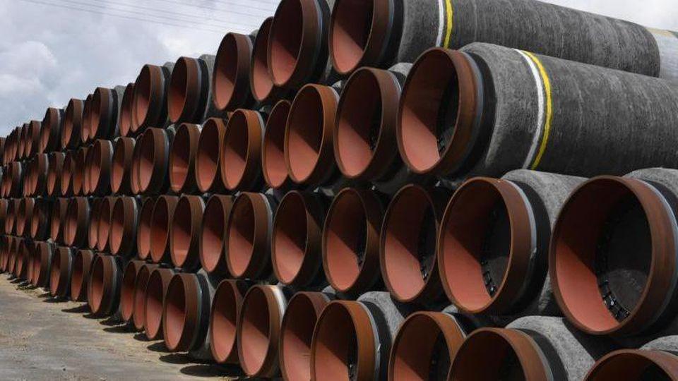 Rohre für die Ostsee-Gaspipeline Nord Stream 2 auf dem Gelände des Hafens Mukran in Mecklenburg-Vorpommern. Foto: Stefan Sauer/dpa-Zentralbild/dpa