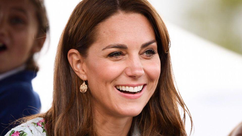 """Gewitzt: Herzogin Kate hat Emilia Wickstead mit günstigen Ohrringen von """"Accessorize"""" kombiniert."""
