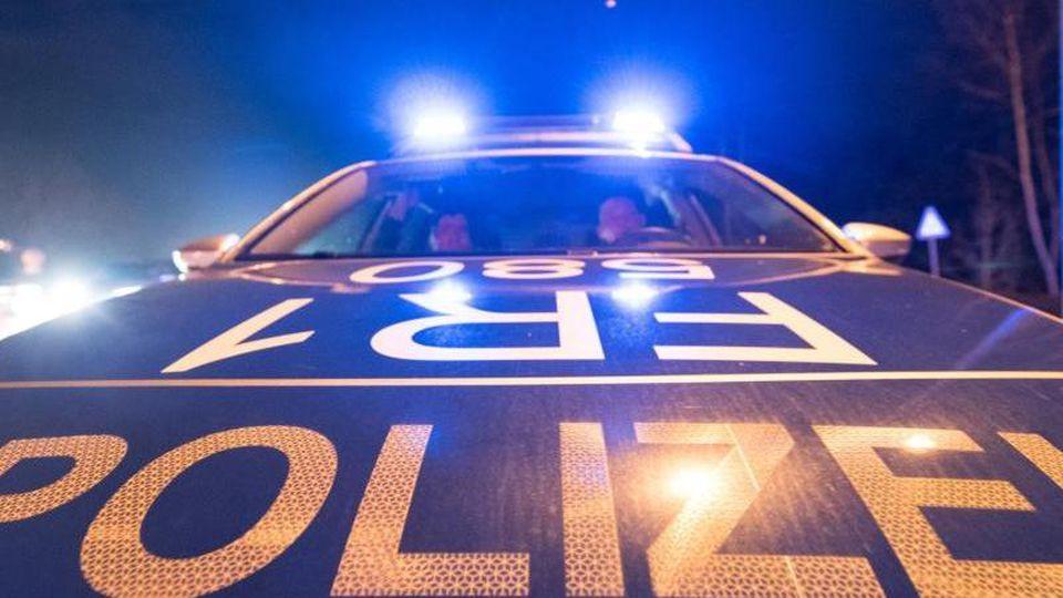 Ein Polizeifahrzeug steht mit Blaulicht auf der Straße. Foto: Patrick Seeger/dpa/Archivbild