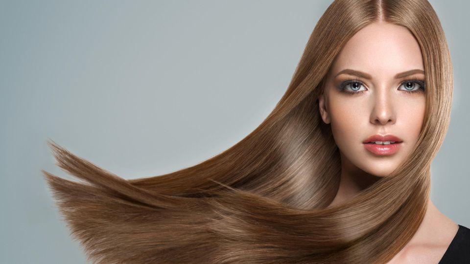 Gesundes Haar:  Die Schuppenschicht der Haare ist geschlossen. Das Haar ist glatt und glänzend.