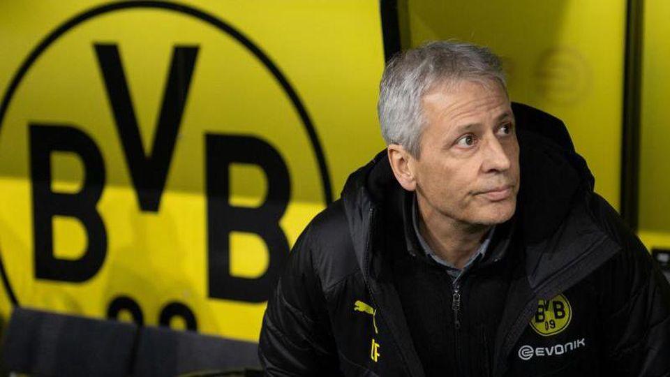 Dortmunds Trainer Lucien Favre nimmt auf seiner Bank Platz. Foto: Bernd Thissen/dpa/Archivbild