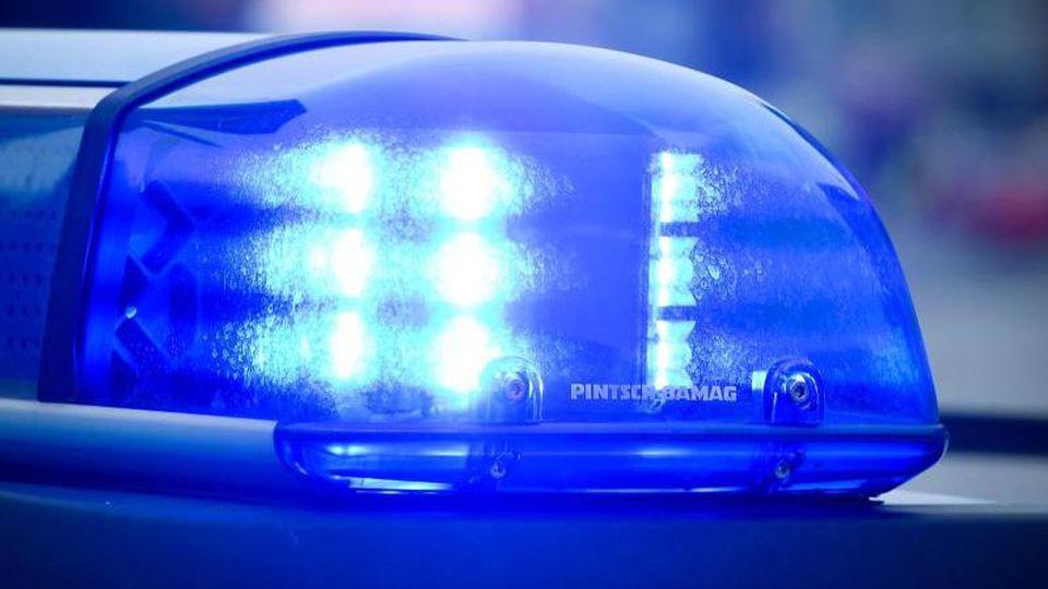 Das Blaulicht an einem Polizeiauto leuchtet. Foto: Patrick Pleul/dpa/Symbolbild