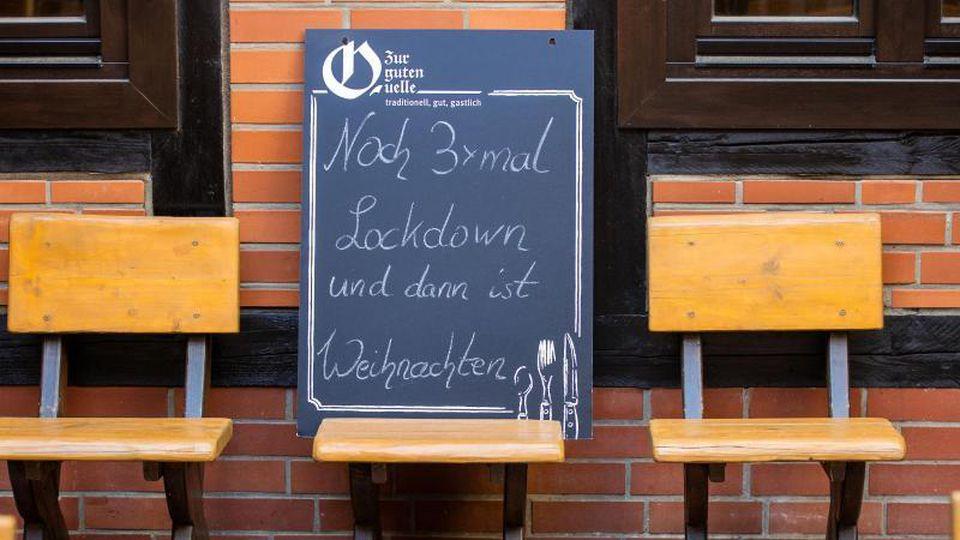 Vor einem geschlossenen Restaurant in Schwerin. Foto: Jens Büttner/dpa-Zentralbild/dpa
