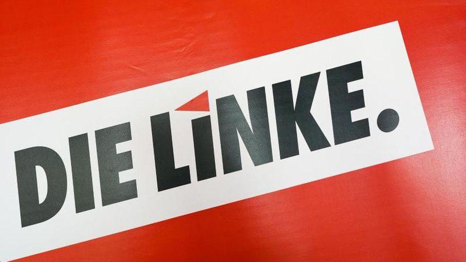 """Das Textlogo """"Die Linke."""" steht auf rotem Grund. Foto: Peter Endig/Archivbild"""