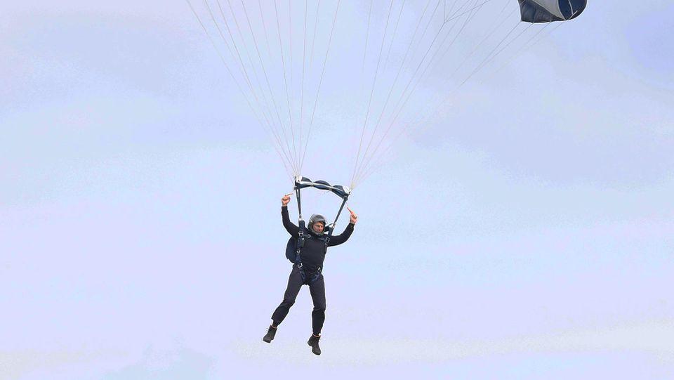 """Tom Cruise ist beim Dreh von """"Mission Impossible 7"""" aus einem Helikopter gesprungen."""