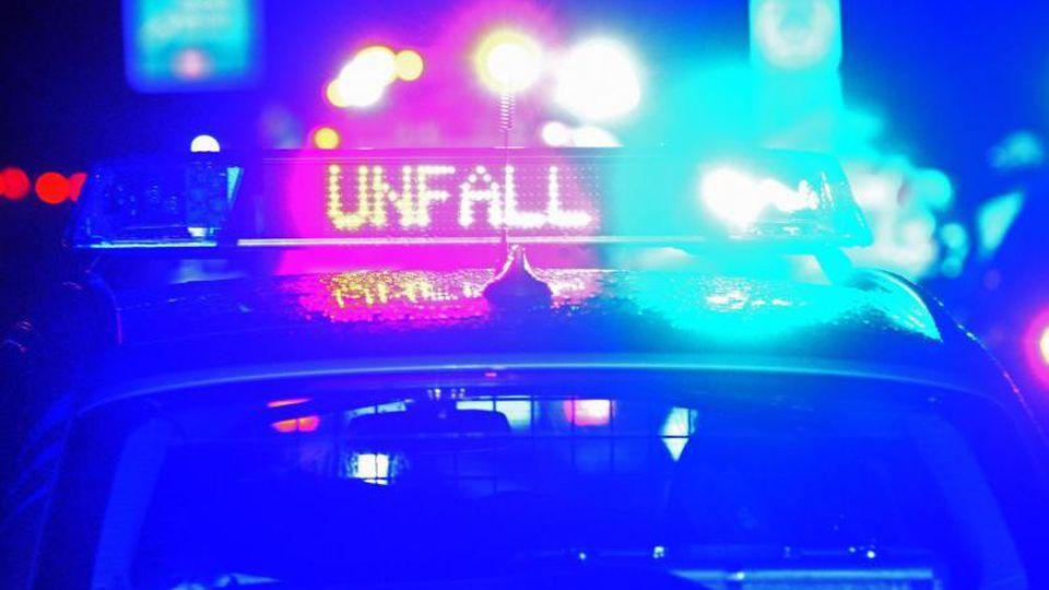 """Blaulicht und LED-Schriftzug """"Unfall"""" auf dem Dach eines Polizestreifenwagens. Foto: Stefan Puchner/dpa/Archivbild"""