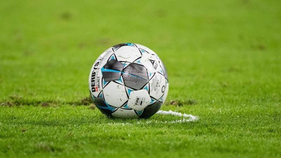 Ein Fußball liegt auf dem Spielfeld. Foto: Matthias Balk/dpa/Symbolbild
