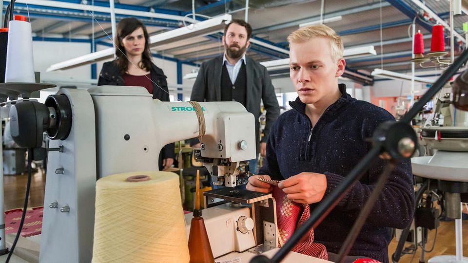 Kira Dorn (Nora Tschirner) und Lessing (Christian Ulmen) treffen in der Textilfabrik auf Maik Schrey (Julius Nitschkoff, r.)