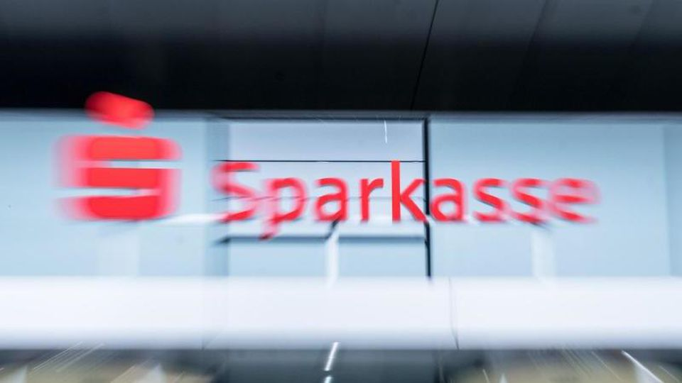Das Logo der Sparkasse an einem Firmenkunden-Center. Foto: Ole Spata/Archiv