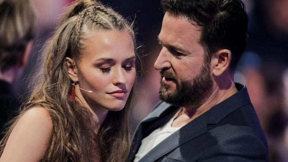 """Laura Müller und Michael Wendler in einer Werbepause der RTL-Tanzshow """"Let's Dance"""" im Coloneum. Foto: Rolf Vennenbernd/dpa"""