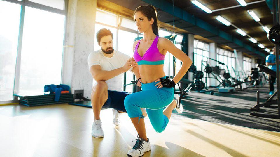 Die Übungen anderer zu kommentieren, ist im Fitnessstudio ein absolutes No-Go