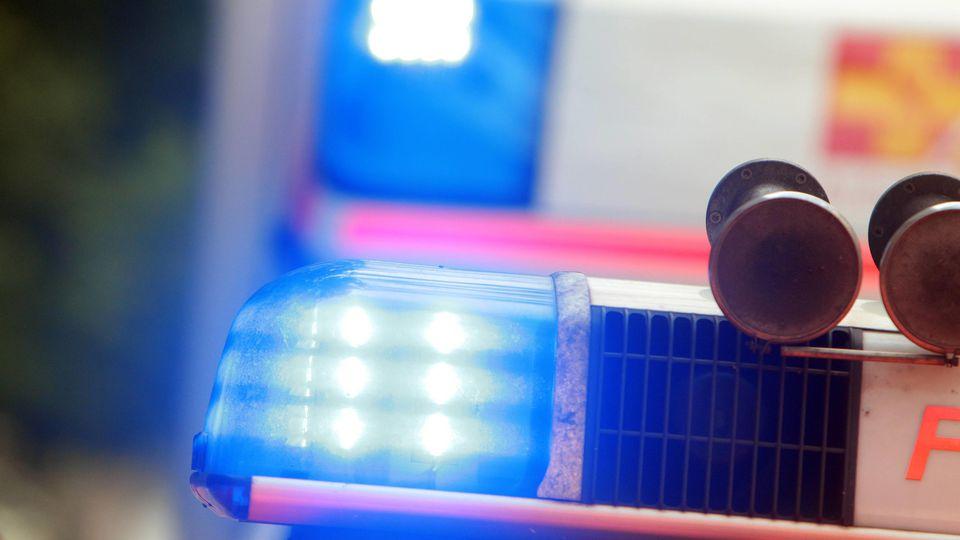Polizisten versuchten noch, den leblosen Jungen zu reanimieren - doch die Wiederbelebungsversuche waren vergebens. Das Kind verstarb im Laufe des Tages im Krankenhaus (Symbolbild).