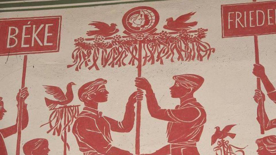 Eine Besonderheit des Kulturhauses sind Fresken zum Thema deutsch-ungarische Freundschaft. Foto: Stefan Sauer/dpa-Zentralbild/dpa