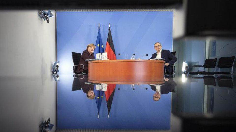 Angela Merkel (CDU) und Michael Müller (SPD) bei der Ministerpräsidenten-Videokonferenz im Februar. Foto: Guido Bergmann/Bundesregierung/dpa/Archivbild