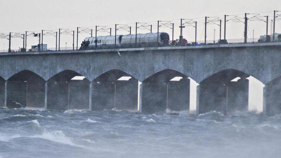 Ein Zug hält auf der Brücke über den Großen Belt bei Nyborg. Foto: Tim K. Jensen/Ritzau Scanpix/AP/dpa