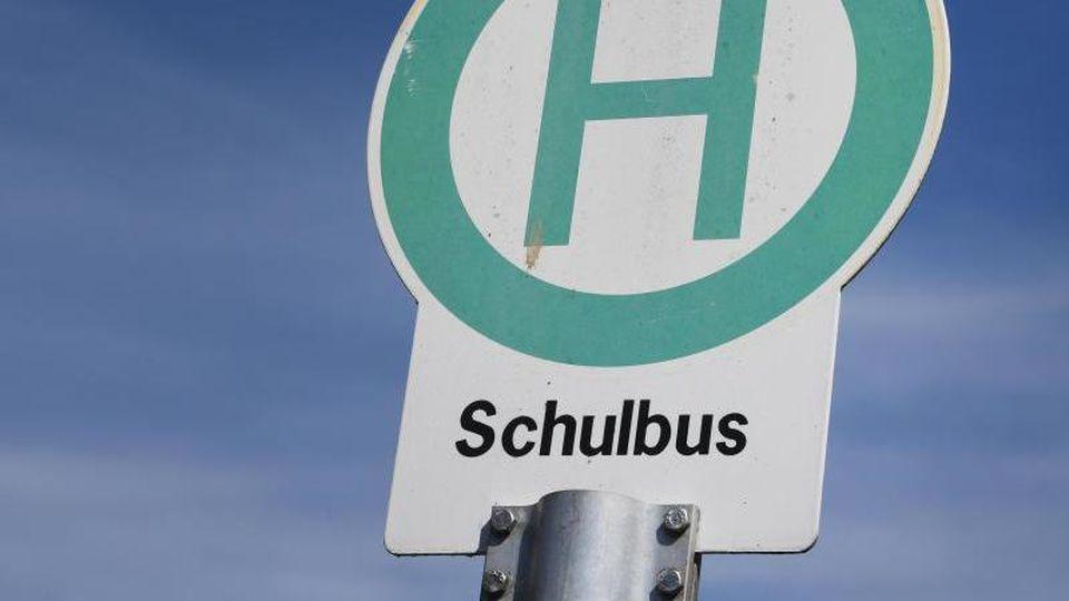 Eine Schulbushaltestelle. Foto: Stefan Sauer/dpa/Archvbild