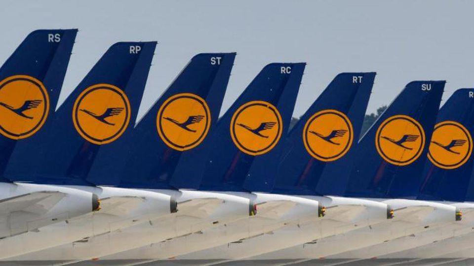Flugzeuge der Fluggesellschaft Lufthansa stehen abseits der Start- und Landebahn. Foto: Patrick Pleul/dpa-Zentralbild/dpa/Symbolbild