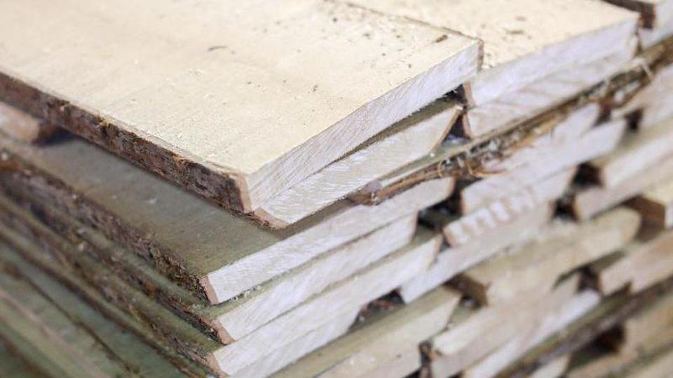 Ungehobelte Bretter liegen in einem Holzlager. Foto: Jan Woitas/dpa-Zentralbild/dpa/Archivbild