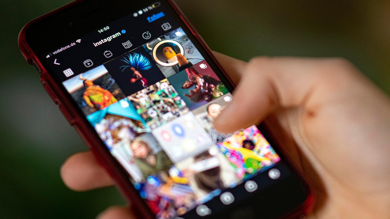 Auf Instagram ergänzen viele Nutzer und Nutzerinnen die Pronomen, mit denen sie angesprochen werden wollen.