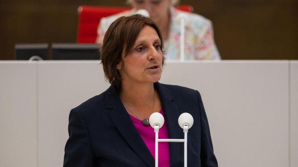 Britta Ernst (SPD), Brandenburger Ministerin für Bildung, spricht im Landtag. Foto: Christophe Gateau/dpa/ZB