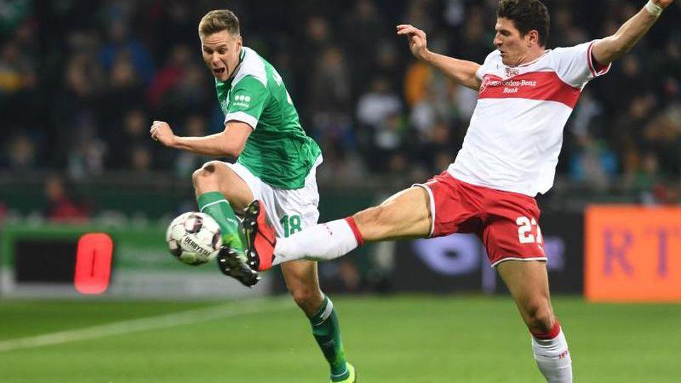Werders Niklas Moisander kämpft gegen Stuttgarts Mario Gomez (r) um den Ball. Foto:Carmen Jaspersen