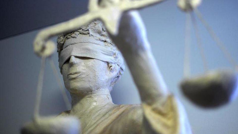 Die Statue Justitia hält die Waage in der Hand. Foto: Peter Steffen/dpa/Archivbild