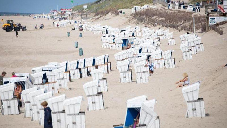 Strandkörbe stehen am Strand von Westerland auf Sylt. Foto: Christian Charisius/dpa/Archivbild